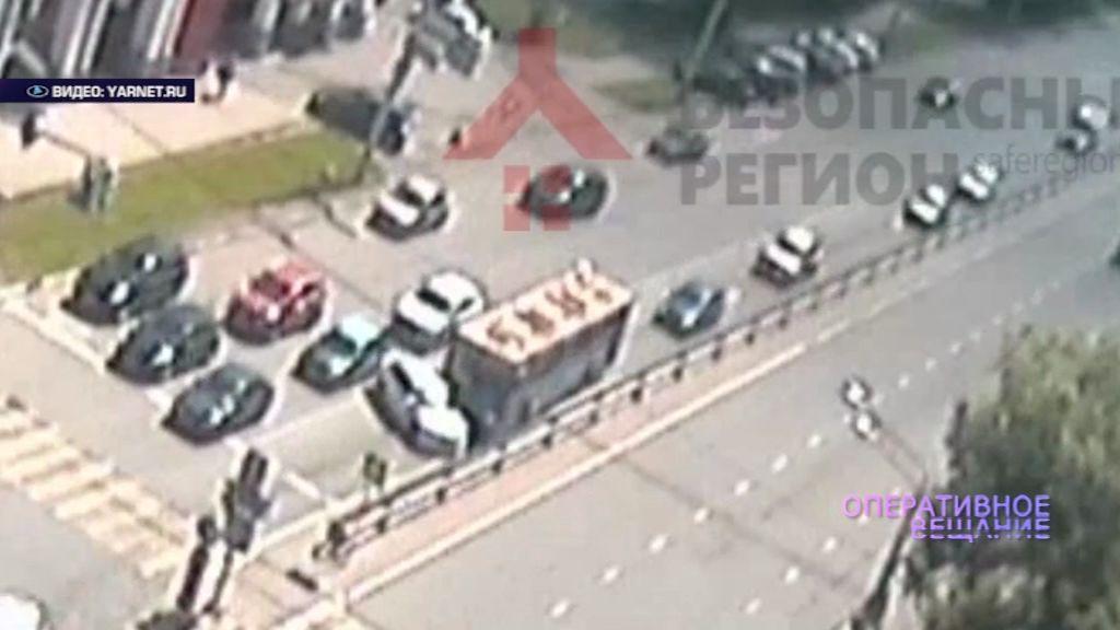 ВИДЕО: На проспекте Толбухина пассажирский «ЛиАЗ» протащил несколько метров «Шкоду»