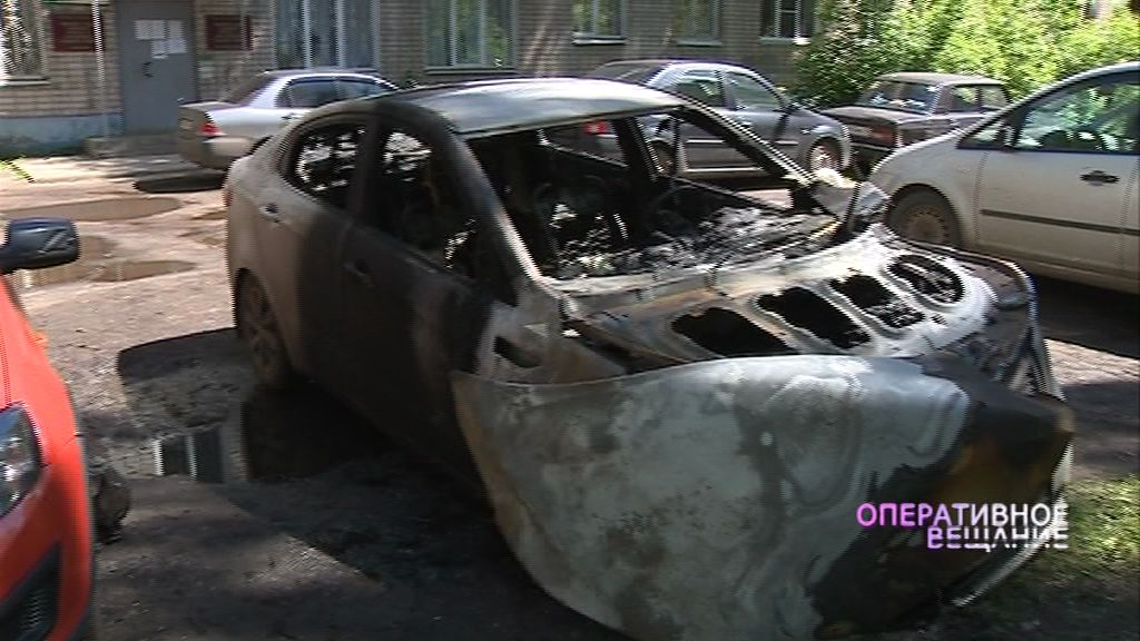 Неспокойная ночь: на Красноборской горели две легковушки