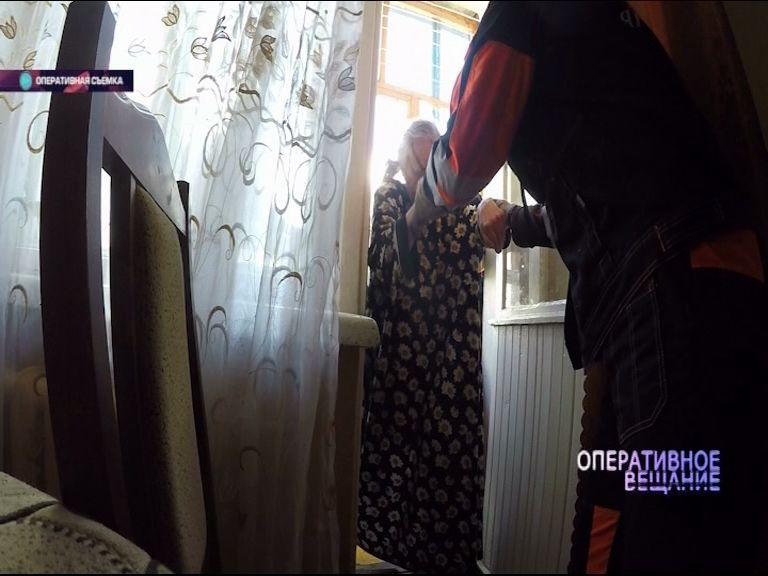 ВИДЕО: Пенсионерку придавило оконной рамой