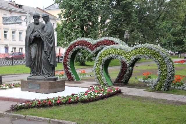 Пять сердец из цветов появились на Первомайском бульваре ко Дню Петра и Февронии