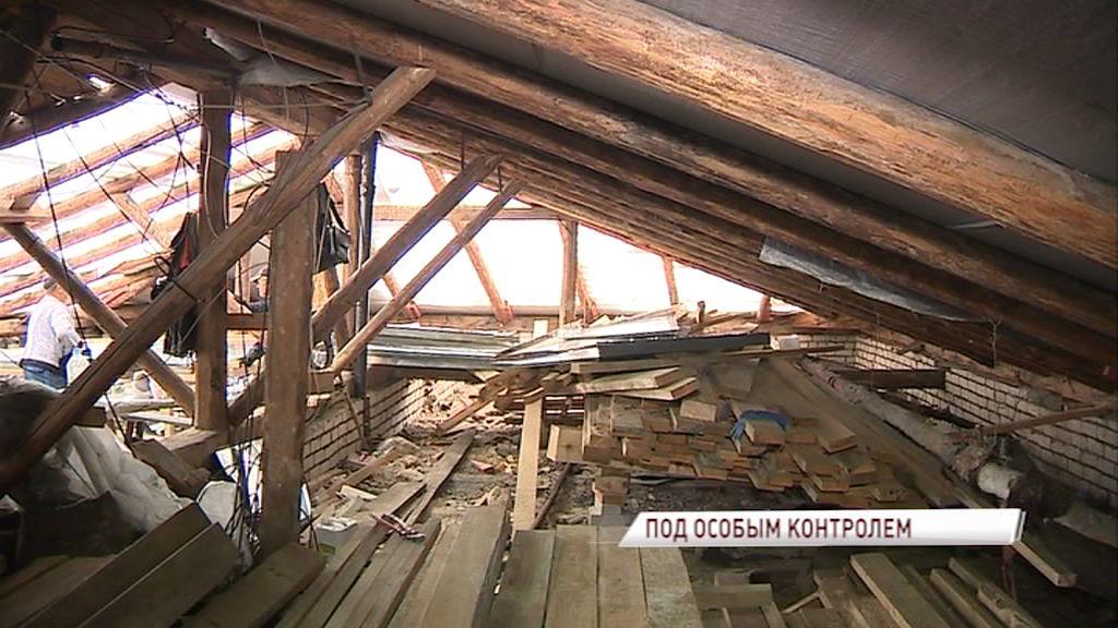 Специалисты проверили ремонт обрушившейся от снега крыши на улице Ушинского