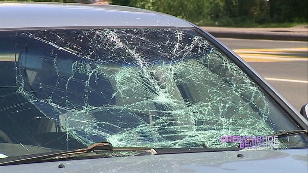 Смятое лобовое стекло и следы крови на асфальте: на Тутаевском шоссе под колеса иномарки попал пешеход