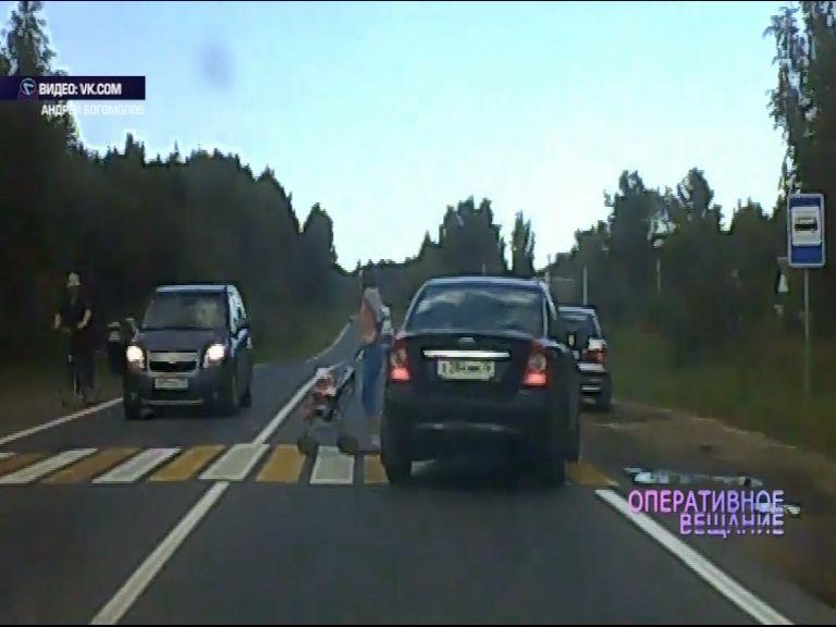 ВИДЕО: Водитель на иномарке едва не сбил женщину с коляской на переходе