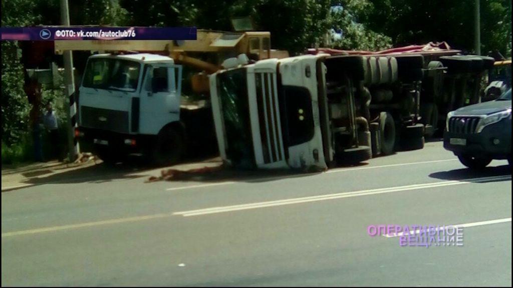 Под Ростовом перевернулся грузовик с прицепом