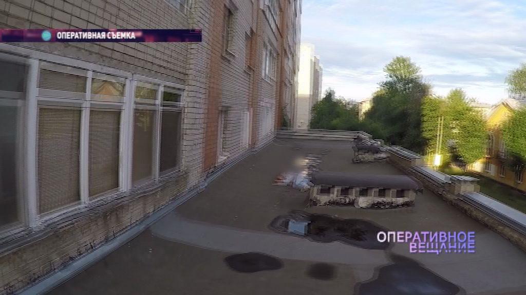 В Ярославле из окна многоэтажки выпала девушка, но осталась жива