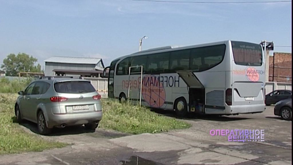 Судебные приставы у предпринимателя арестовали туристический автобус и дорогую иномарку