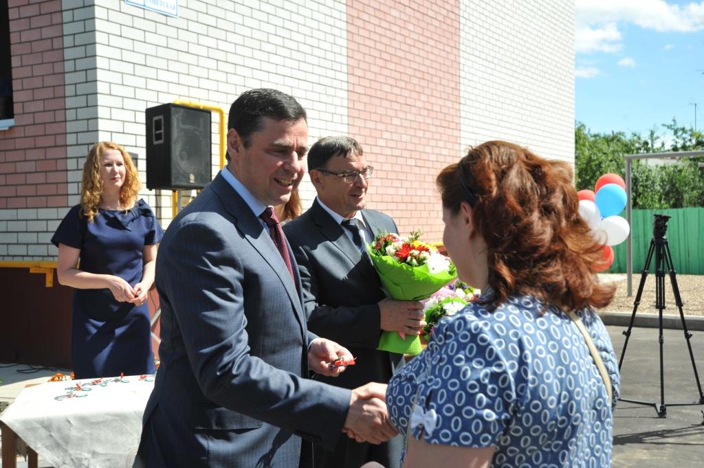 Глава региона Дмитрий Миронов в Гаврилов-Яме: вручил ключи новоселам, посетил машиностроительный завод и встретился с жителями