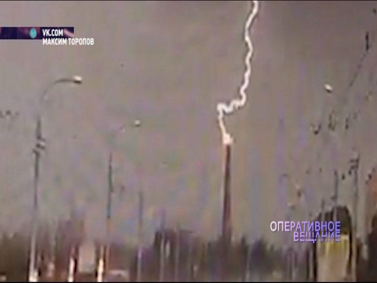 ВИДЕО: во время грозы молния попала в трубу котельной