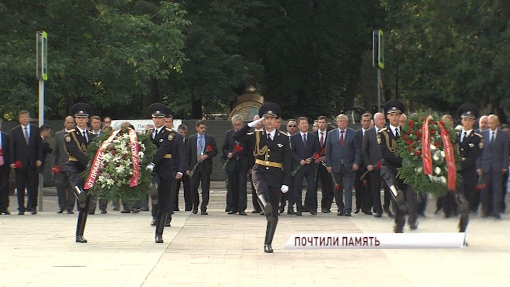 Глава региона Дмитрий Миронов и делегация государств - членов ШОС возложили цветы к Вечному огню в Ярославле