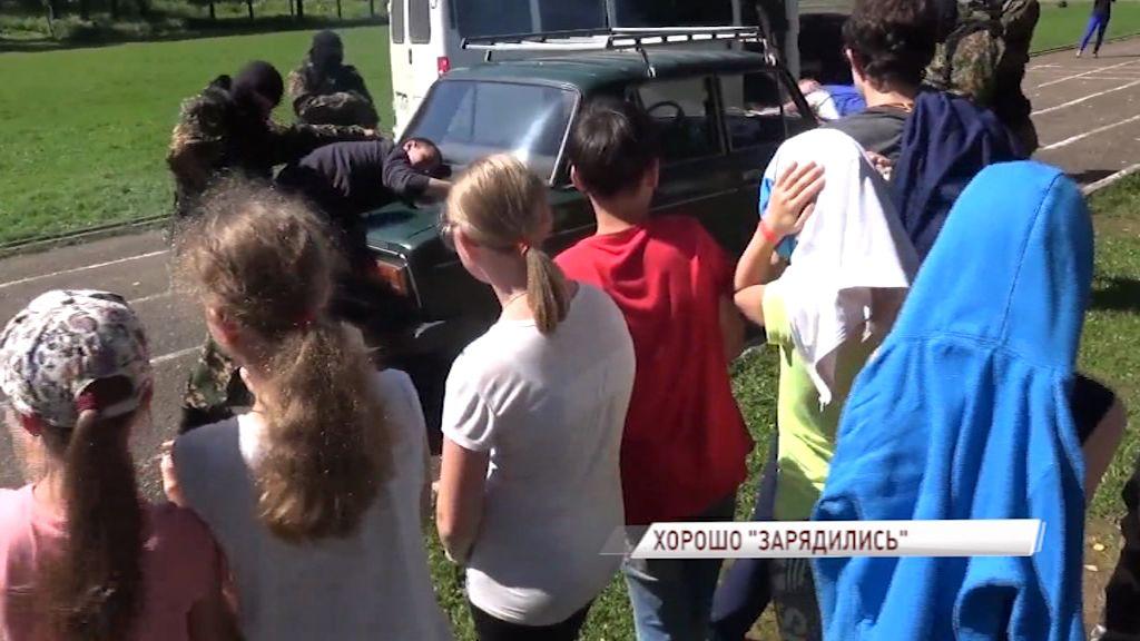Бойцы спецподразделения вместе с детьми провели имитацию боя