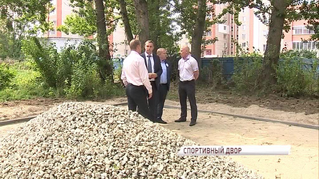 Депутаты и общественники проверили качество выполненных работ по установке воркаут-площадки во Фрунзенском районе