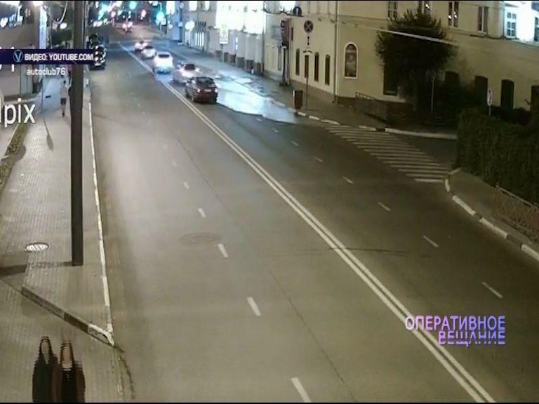 На улице Свободы под проезжей частью прорвало трубу