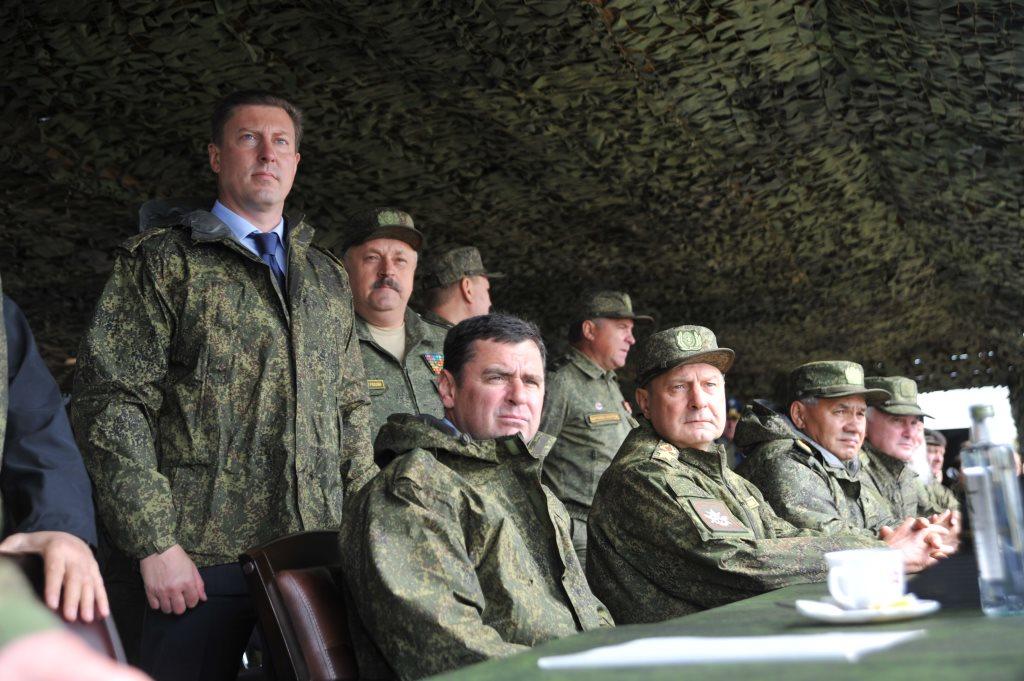 Министр обороны Сергей Шойгу вместе с главой региона Дмитрием Мироновым наблюдали за ходом учений железнодорожных войск