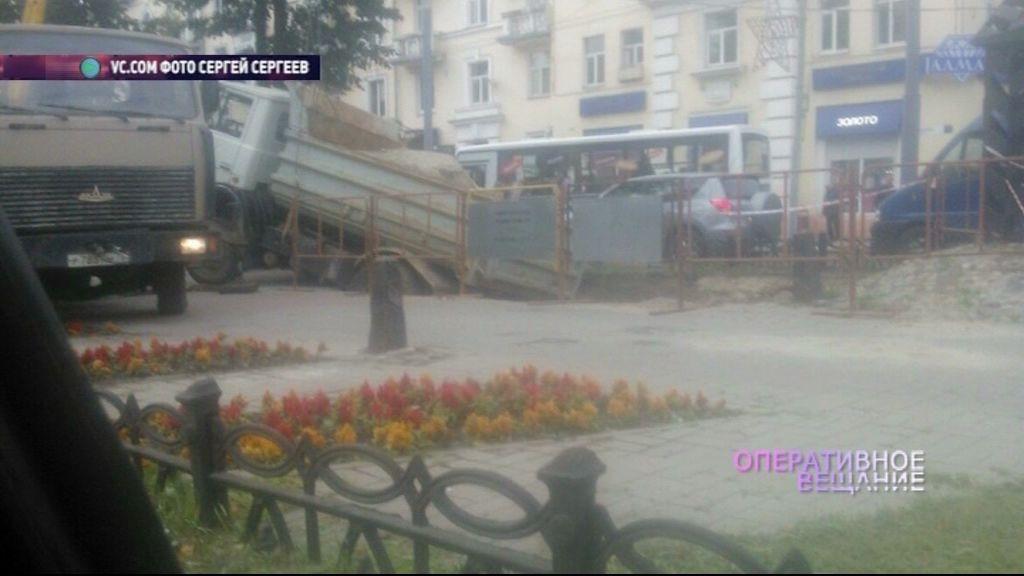 Самосвал провалился в яму на проспекте Ленина