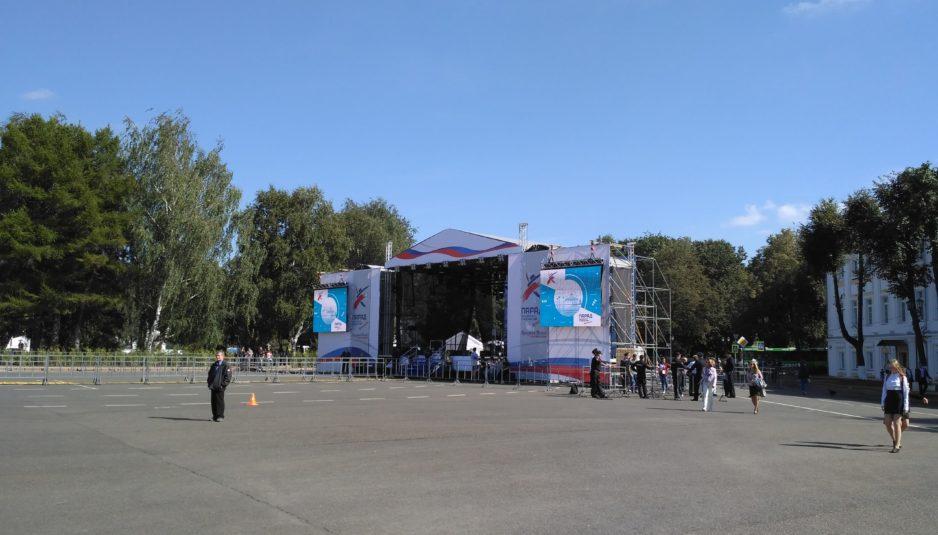 Почти все готово: для российских звезд установили сцену на Советской площади