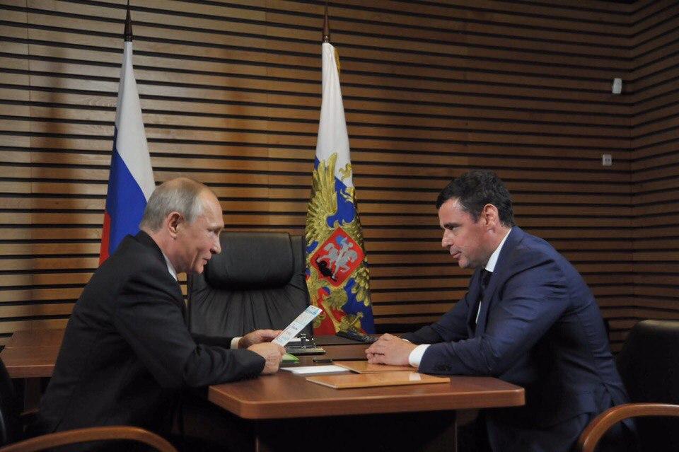 ВИДЕО: Глава региона Дмитрий Миронов вручил Владимиру Путину открытку от первоклашки