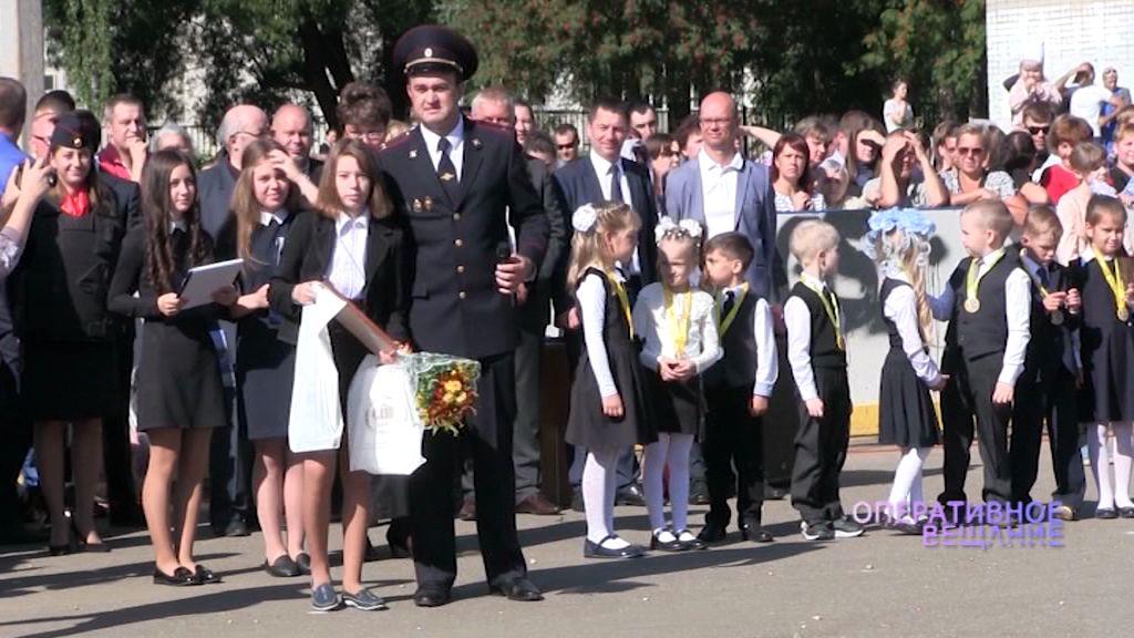 В День знаний полицейские наградили школьницу за мужественный поступок