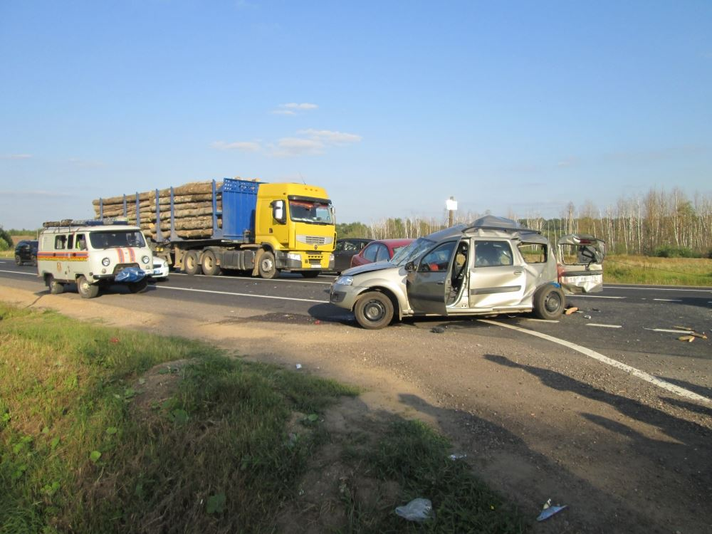 ФОТО: В ДТП на трассе М-8 погибли два человек