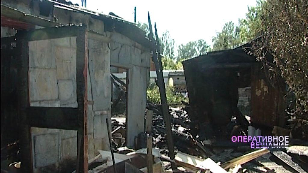 Сильный пожар на Перекопе: уничтожены несколько хозпостроек и дом с гаражом