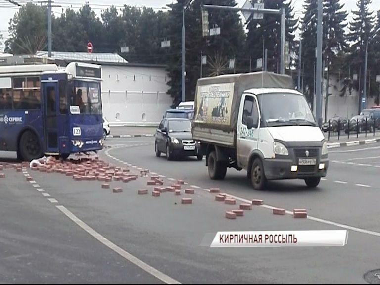 На Богоявленской площади грузовик рассыпал кирпичи