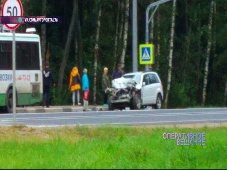 На трассе Ярославль - Кострома водитель иномарки врезался в автобус