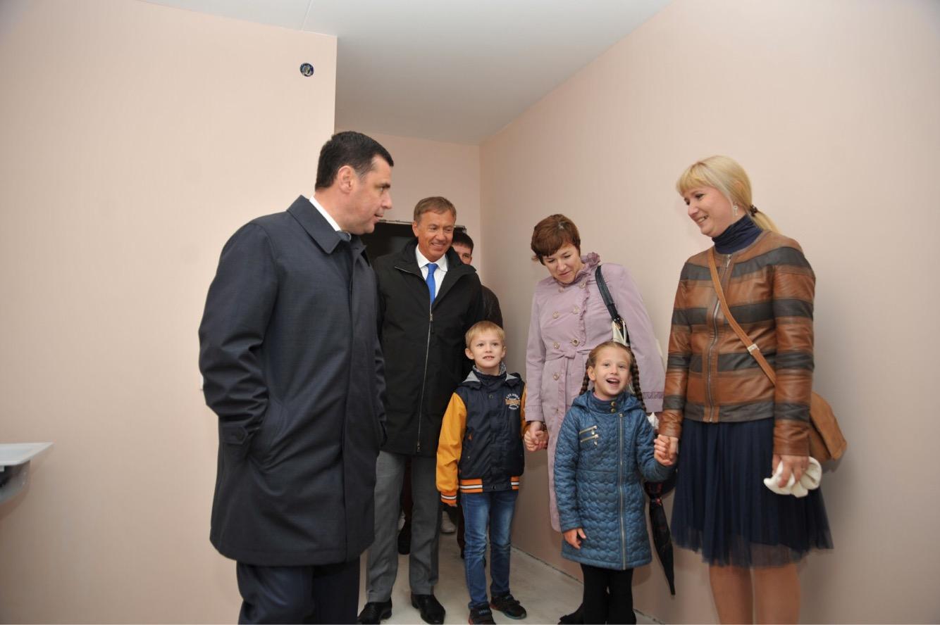 Глава региона Дмитрий Миронов поздравил дольщиков с улицы Сосновой с предстоящим новосельем
