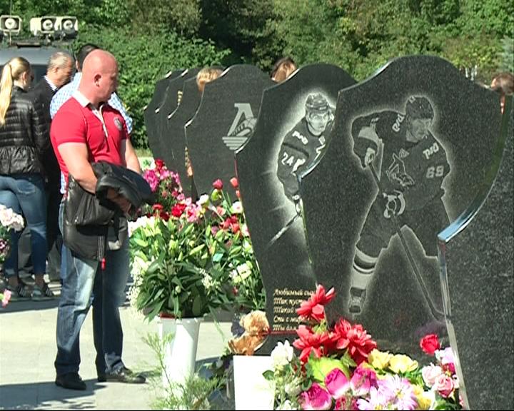 Сотни ярославец несут цветы на Леонтьевское кладбище, где похоронены игроки «Локомотива»