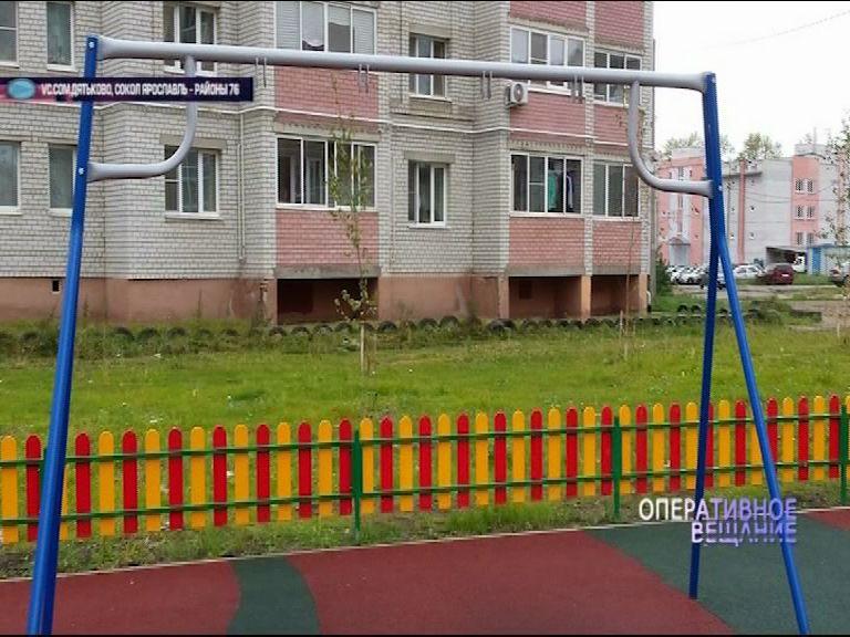 В одном из дворов на улице Академика Колмогорова пропали совершенно новые качели
