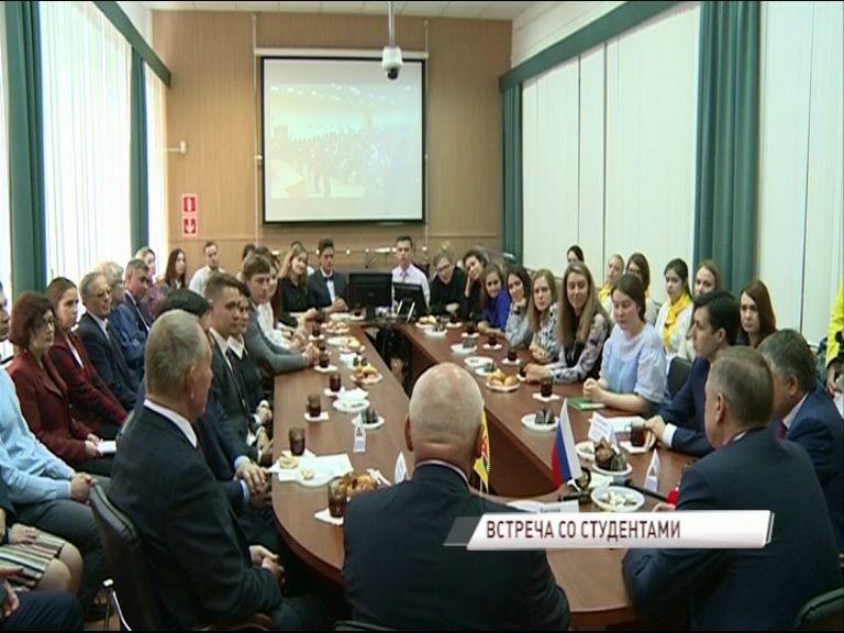 Полпред президента в ЦФО Александр Беглов встретился с ярославскими студентами медиками