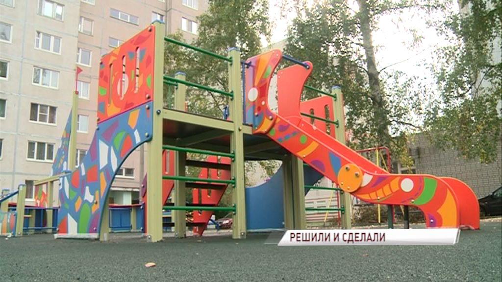 «Решаем вместе»: во дворе Заволжского района появился современный детский городок, площадка для воркаута и парковка