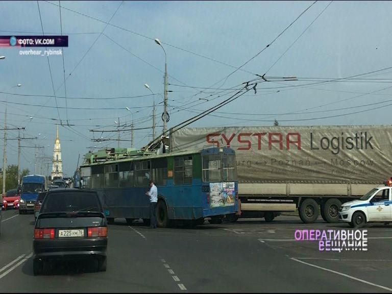 На участке улицы Максима Горького в Рыбинске дорогу не поделили грузовик и троллейбус