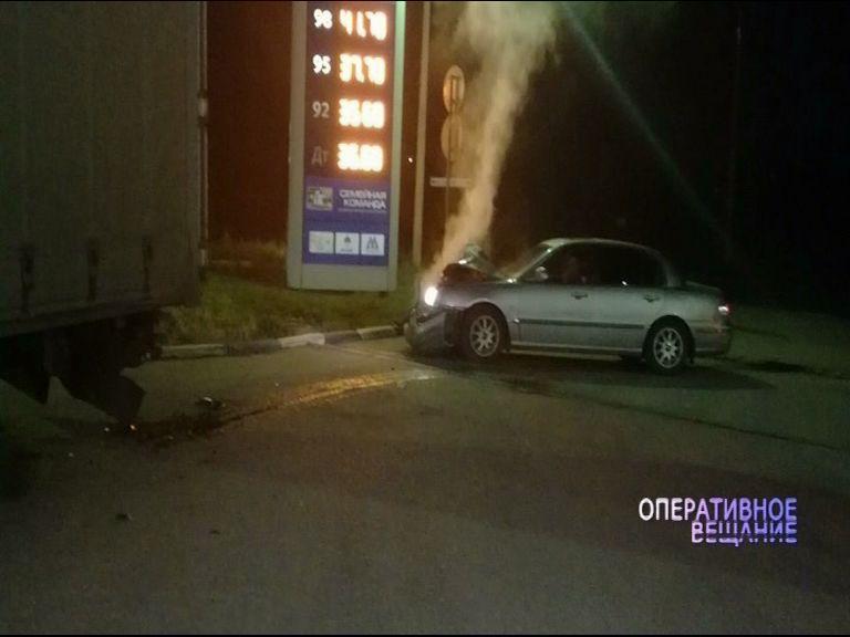 Водитель иномарки врезался в стоявший на заправке грузовик и скрылся с места аварии
