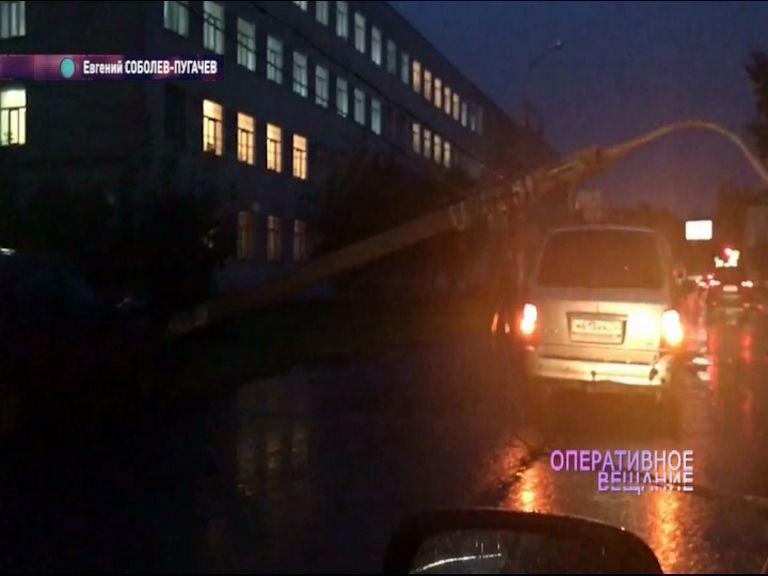 ВИДЕО: Бетонный столб рухнул на улице Нагорной