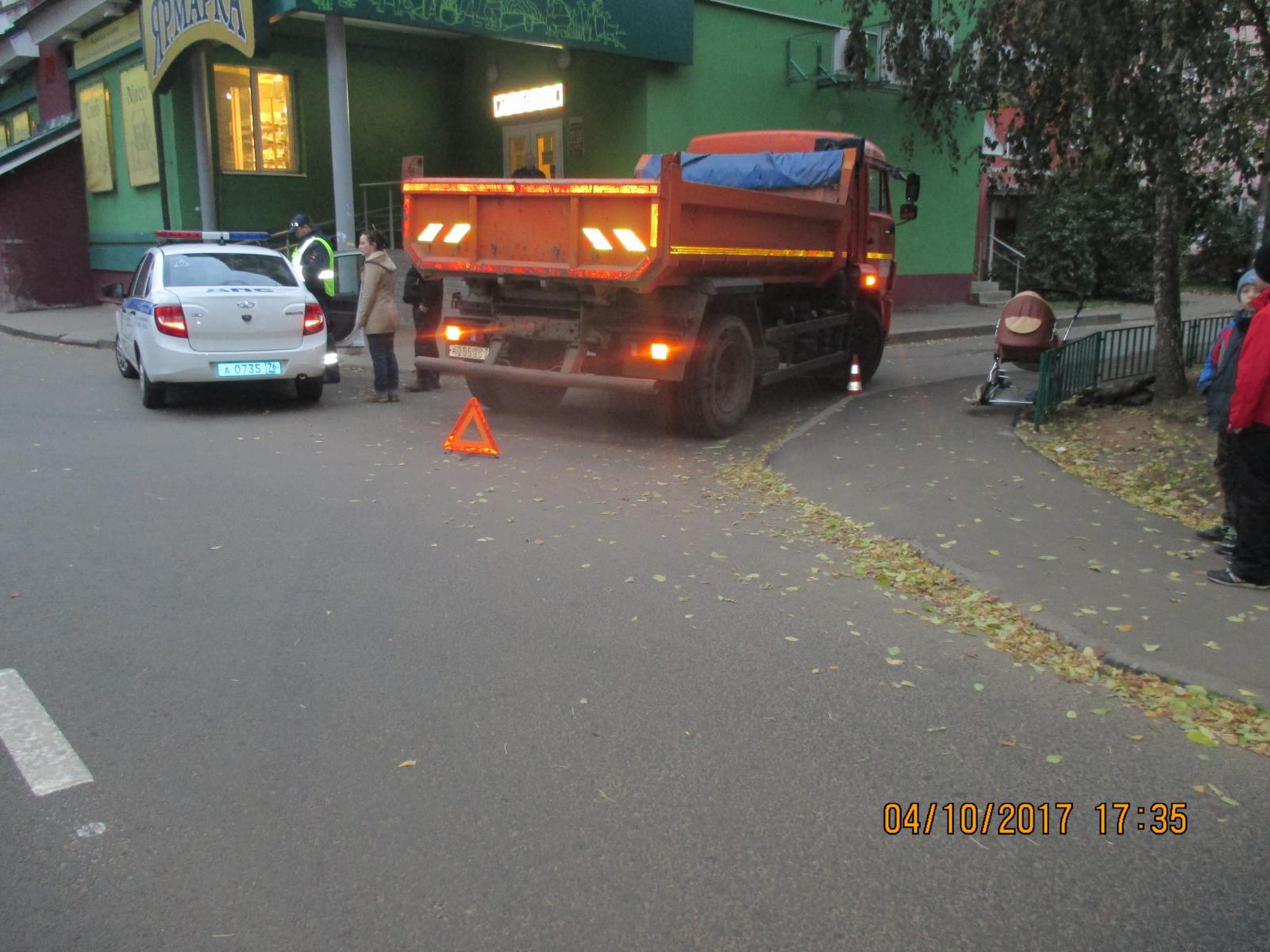 В Заволжском районе водитель «Камаза» сбил коляску с годовалым ребенком