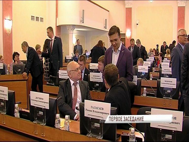 Первое заседание нового муниципалитета: началось все с прослушивания гимна, а затем выбрали председателя и заместителей