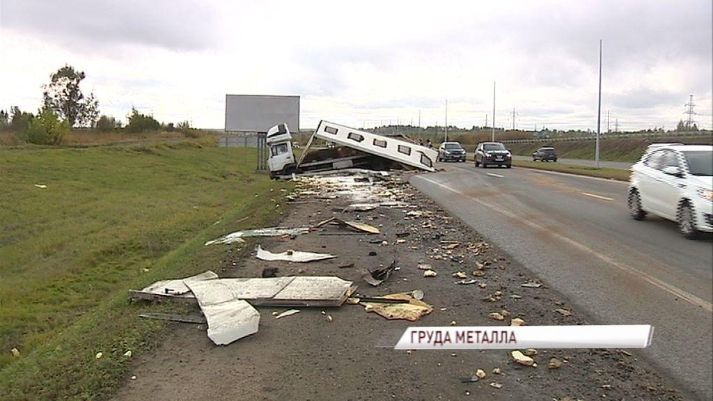 Крупная авария перед НПЗ: один грузовик после удара рассыпался на части