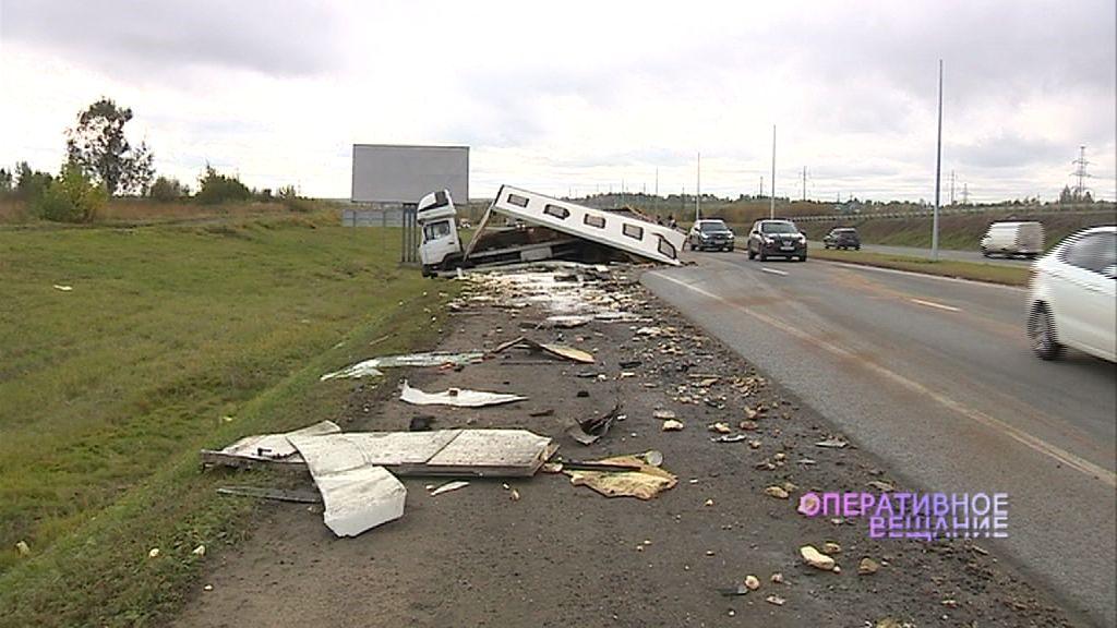 Крупная авария на трассе М8 «Холмогоры»: один грузовик после удара рассыпался на части