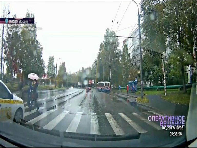 ВИДЕО: В Рыбинске таксист едва не сбил бабушку с внуком