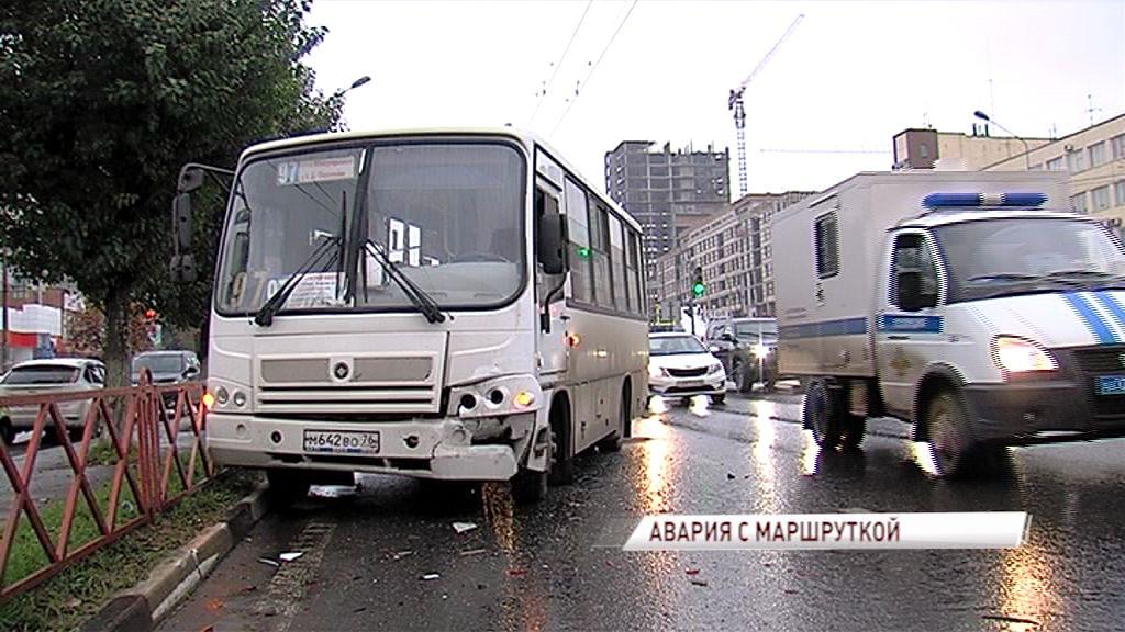 Не хватило тормозного пути: маршрутка и «Лада» столкнулись у автовокзала