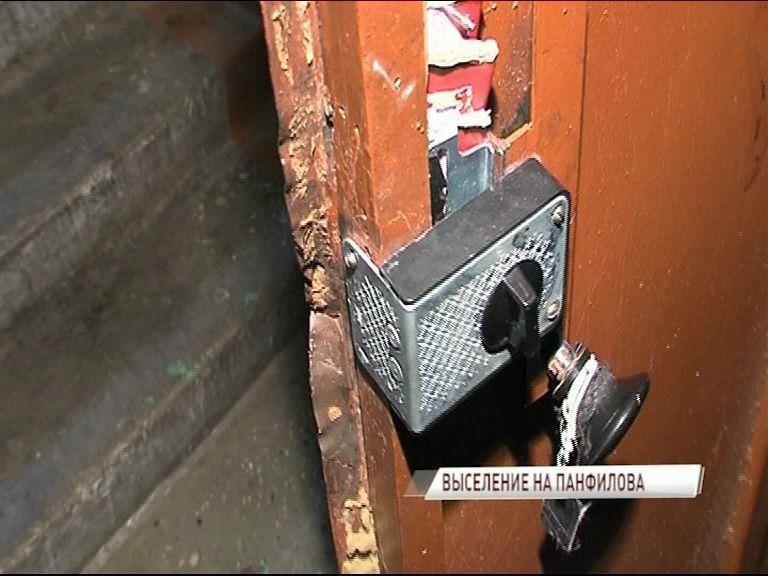 Судебные приставы выселили 37-летнюю женщину из квартиры на Резинотехнике