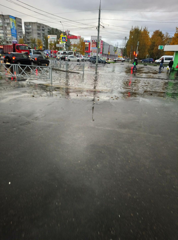 Настоящая река: в Брагине затопило пешеходный переход