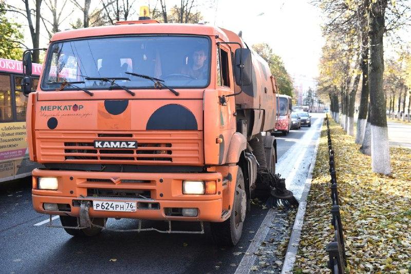 Уборку улиц Ярославля от осенней листвы ведут в круглосуточном режиме