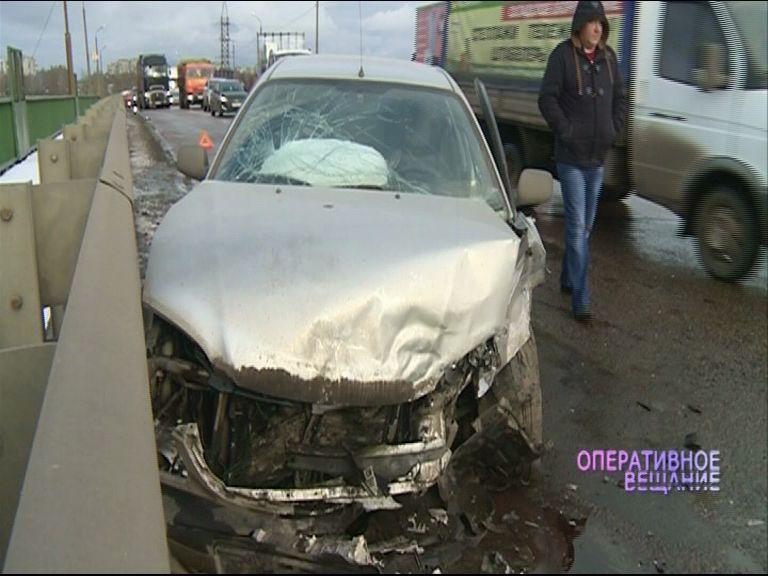 На выезде из Брагино столкнулись две иномарки: один автомобиль бросило в отбойник
