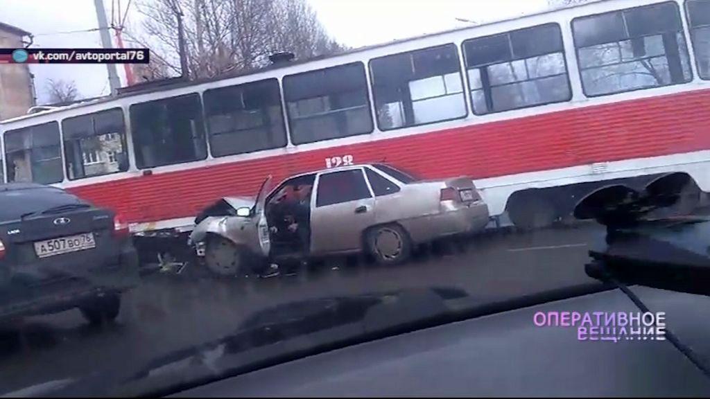 В Дзержинском районе легковушка залетела под трамвай