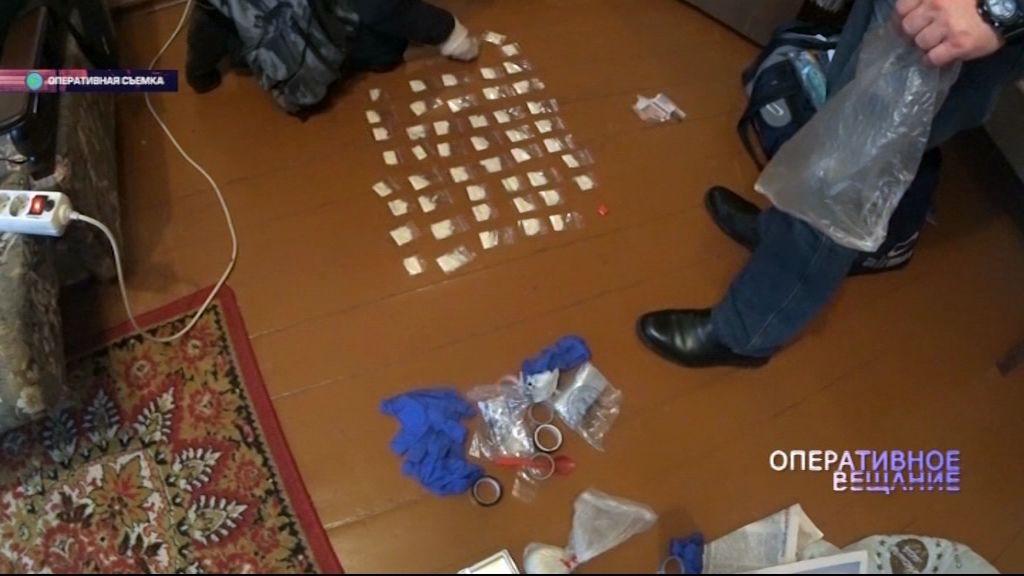 Под окнами у жителей одного из домов Ленинского района задержали молодых людей, которые сбывали наркотики