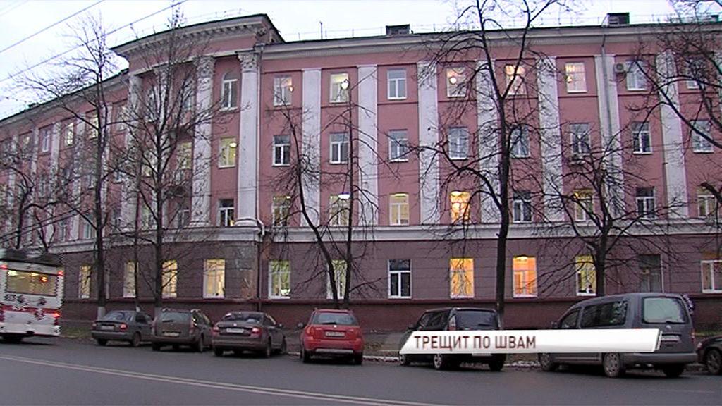 Из-за сквозной трещины в здании детской больницы №1 проводится строительная экспертиза