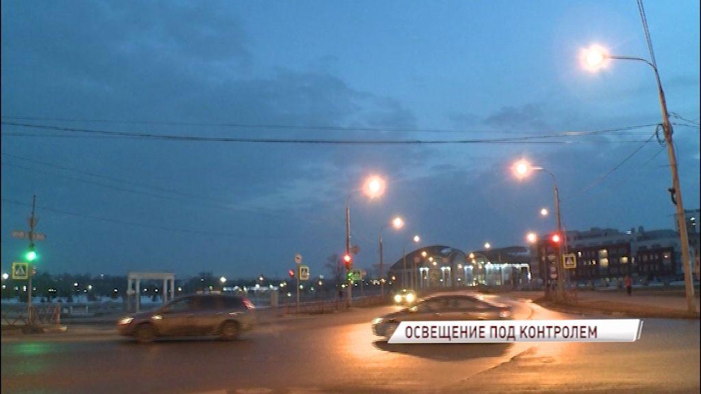 Специалисты ежедневно меняют на уличных фонарях до 50 лампочек