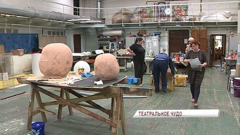 Два десятка защитных масок и шпаг привезли в Волковский театр