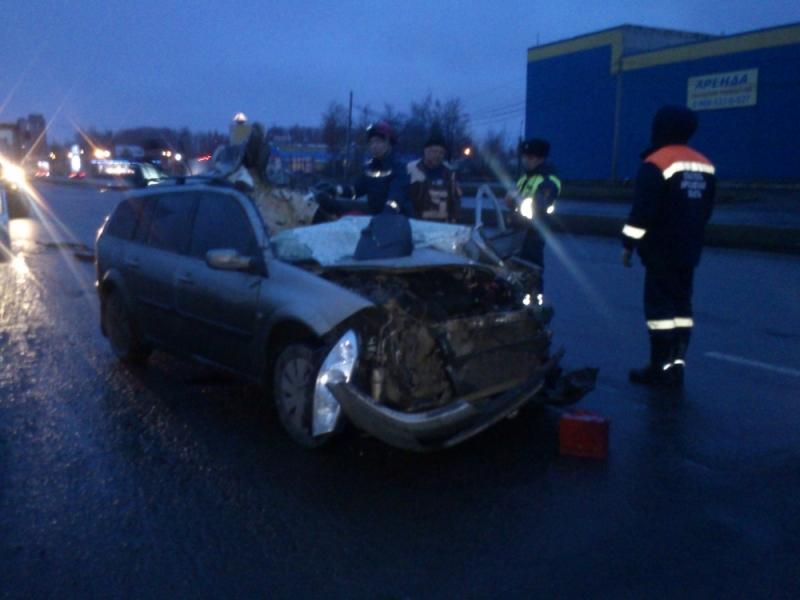 В Ярославле водитель фуры столкнулся с иномаркой и скрылся с места аварии