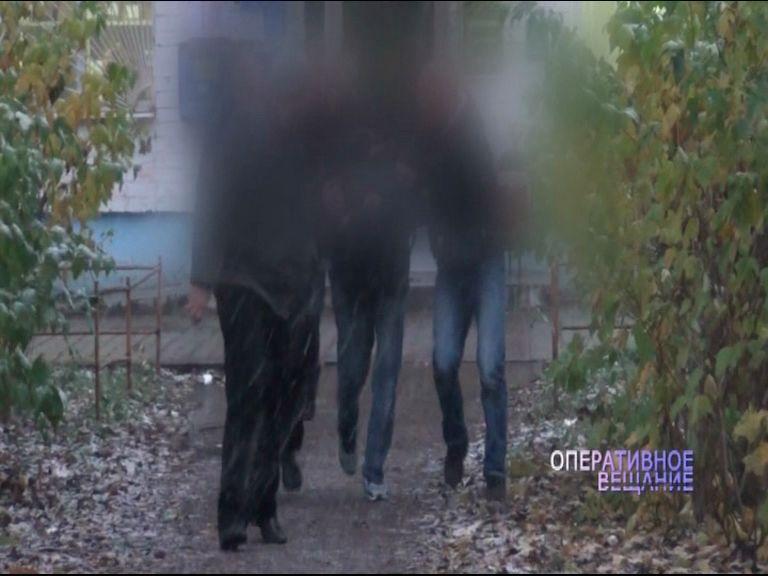 Полицейские поймали парня при получении опасной посылки
